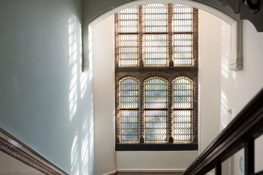 Groot monumentaal raam met glas in lood in ons trappenhuis