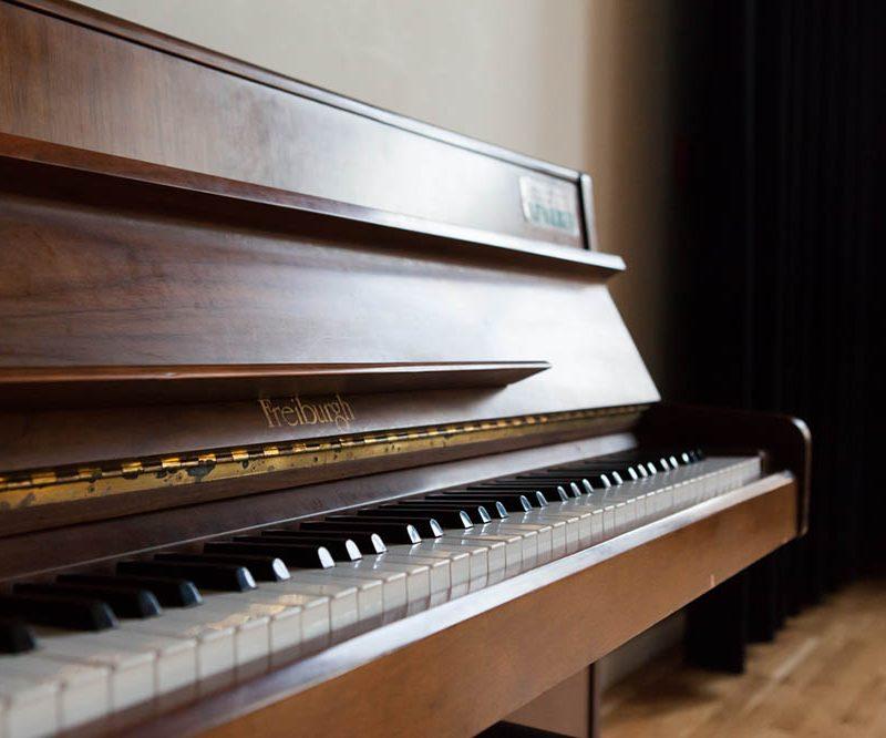 Piano in de kleine studio