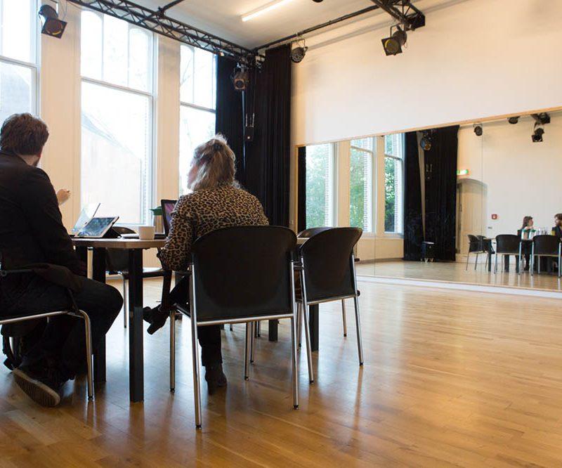 Vergadering in de kleine studio