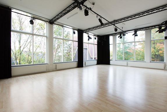 Studio oost leeg met grote hoge ramen