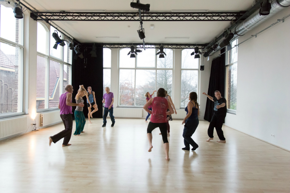 Dansers van 5ritmes dansen in studio oost