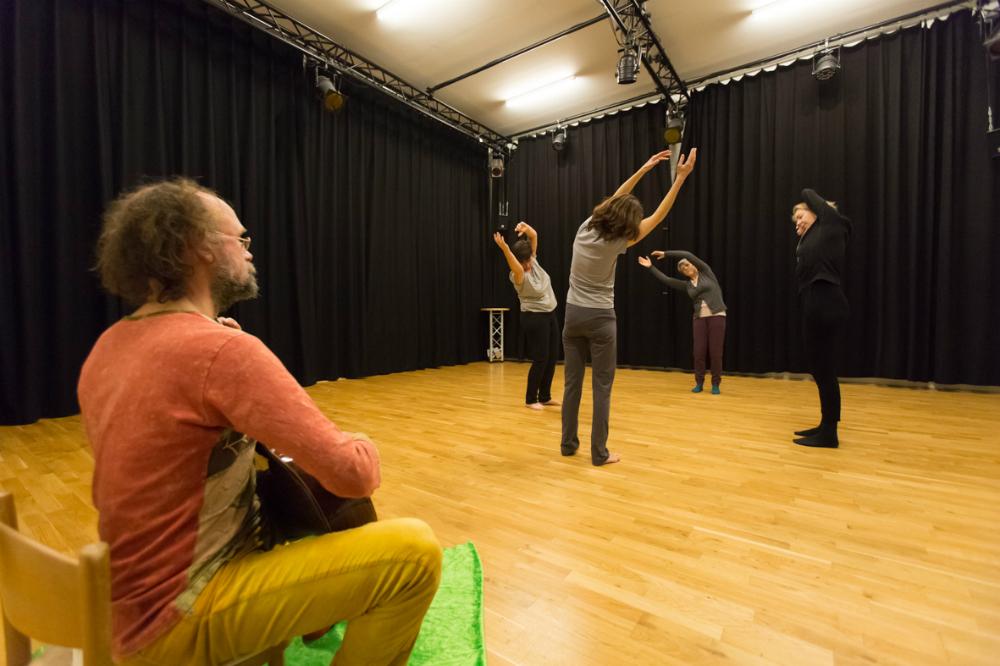 Dansers van Just Dance improviseren in de kleine studio