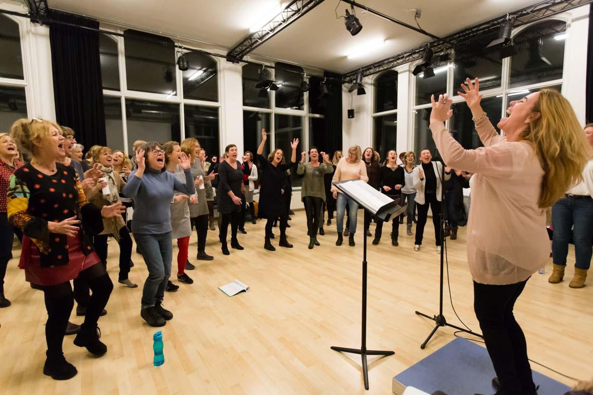 Studio oost vol met het vrouwenkoor Tobin Singing Society