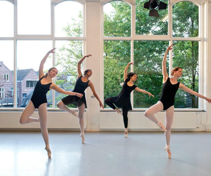 Balletdanseressen op spitzen in studio west