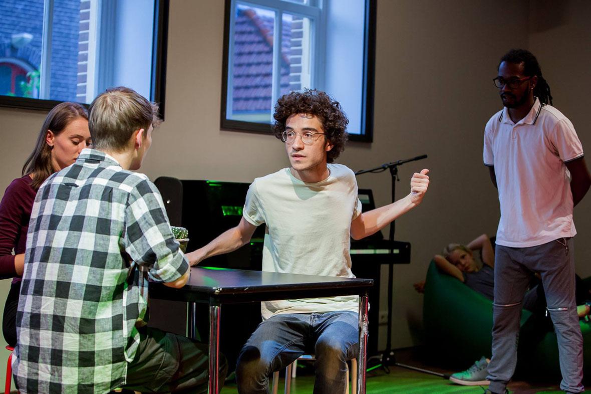 Spelers van vaste bewoner DOX spelen een scène in de theaterzaal