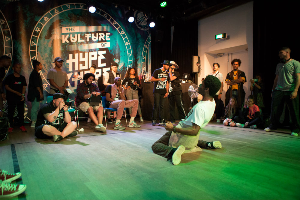 Foto van hiphopdansers in onze theaterzaal