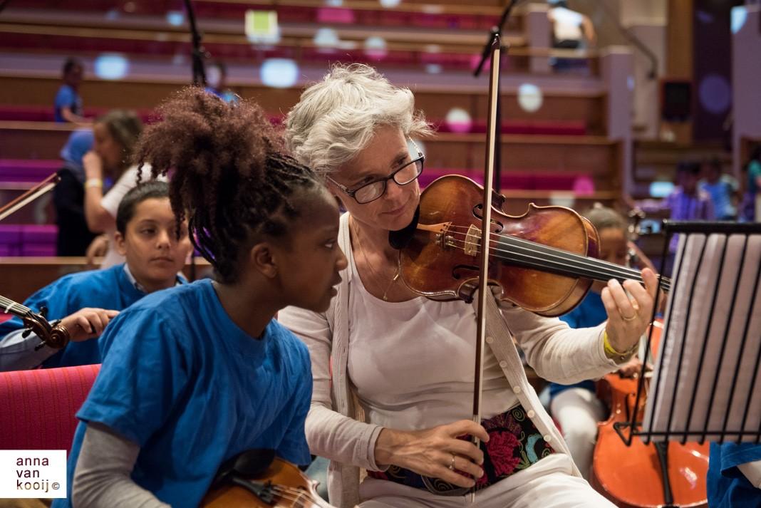Viooldocent Wendela geeft les aan kinderen