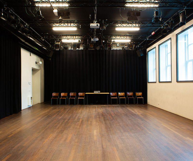 Lege theaterzaal met ingeschoven tribune