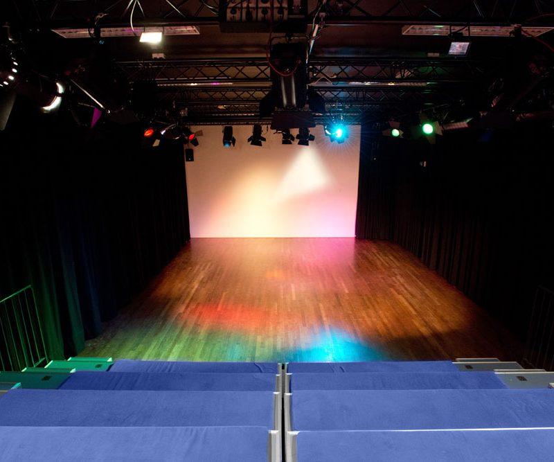Theaterzaal van bovenaf bekeken met uitgeschoven tribune
