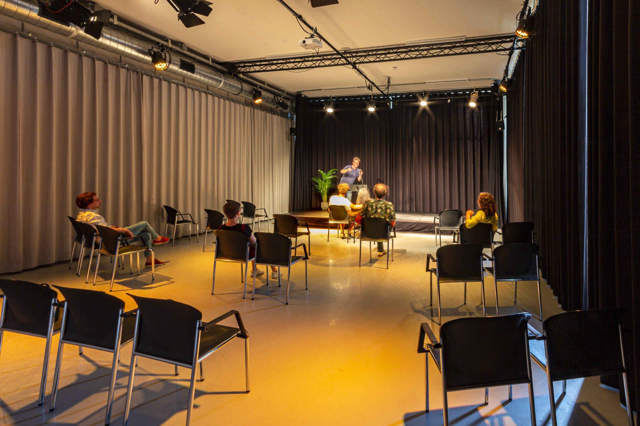 opstelling lezing studio west met stoelen verspreidt op 1,5 meter